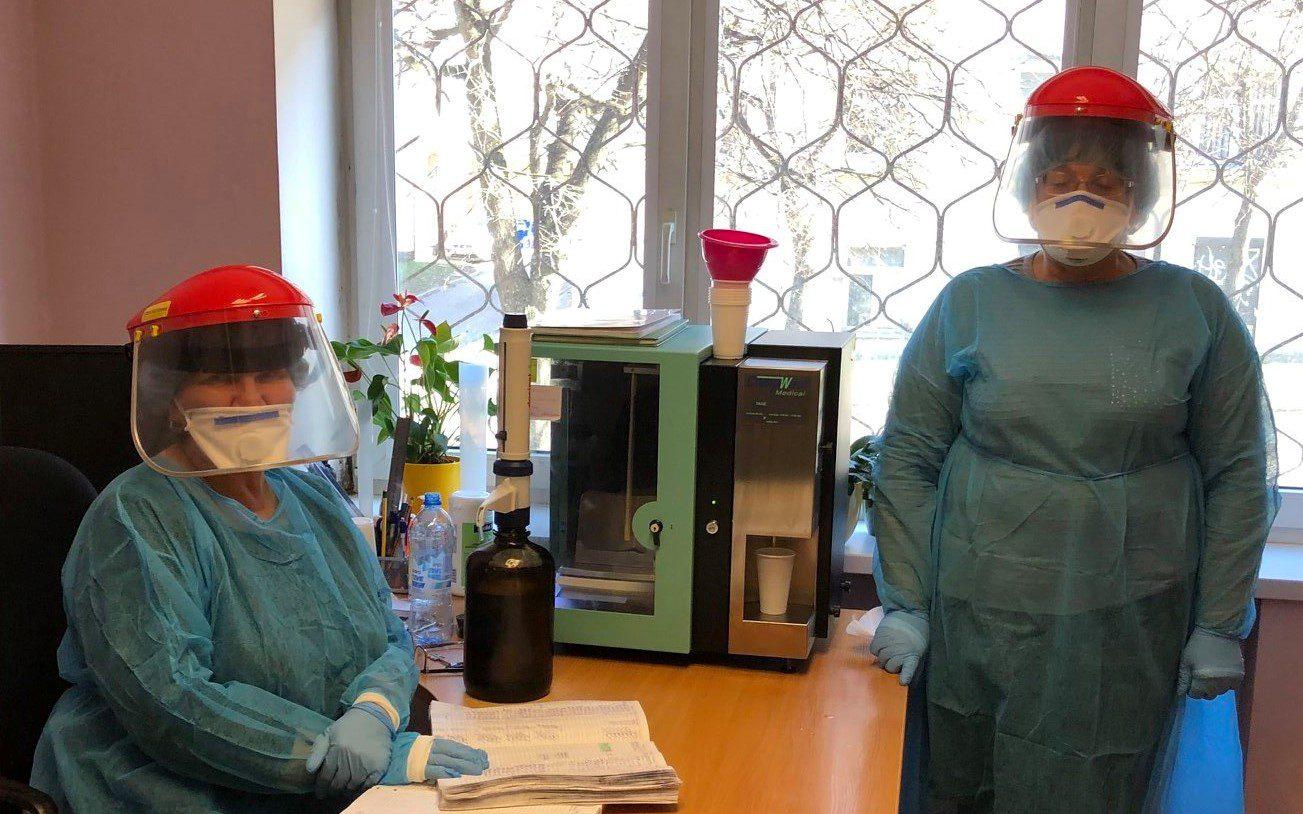Farmakoterapijos darbuotojai su specialiąja apranga, per karantiną